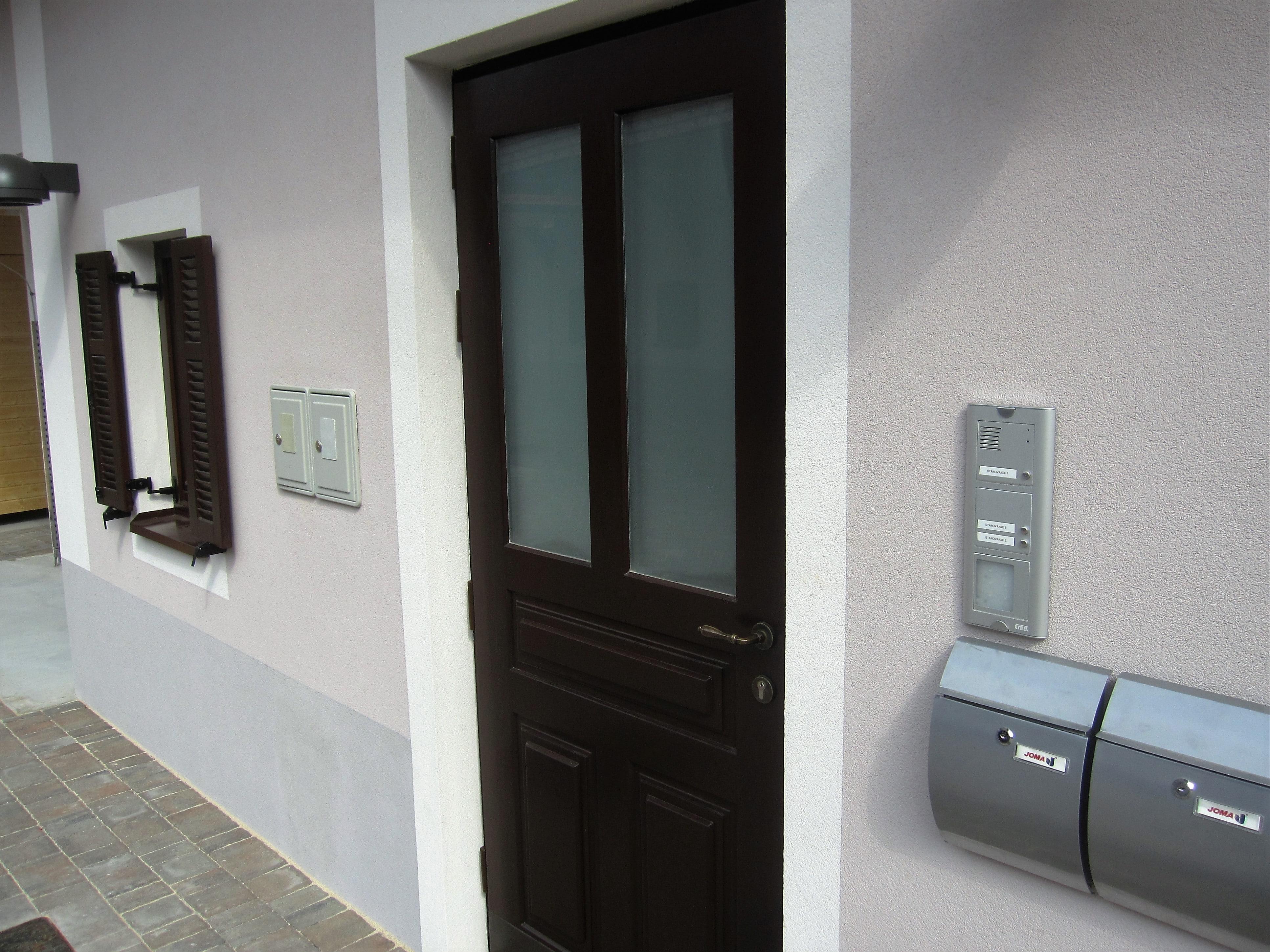 Stilna lesena vhodna vrata Jefačnikova domačija